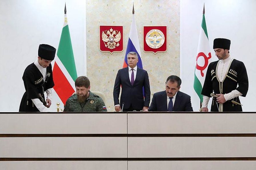 На фото: Рамзан Кадыров (слева) и Юнус-Бек Евкуров (справа)